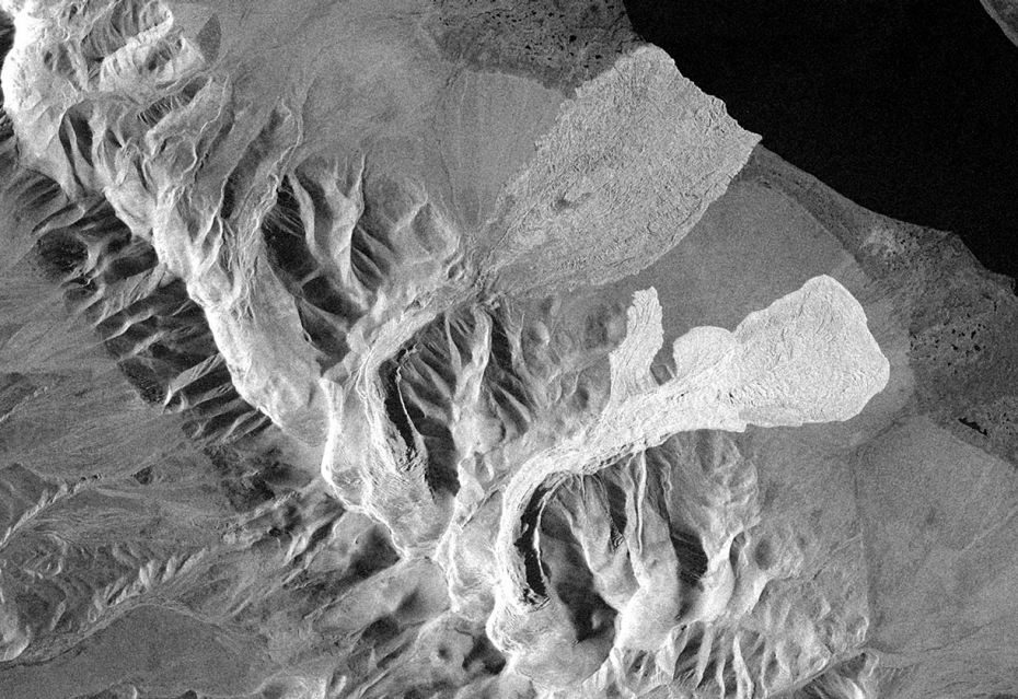 DLR's radar satellite TerraSAR-X captured the first images of both avalanches on September 24, 00:29 UTC (08:29 local time)